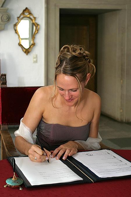 Hochzeit Karin und Oliver, Standesamt, Unterschrift
